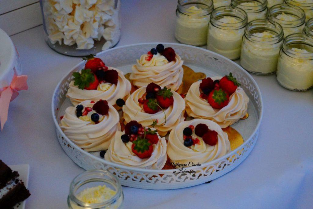weselny słodki stół z pozostałymi słodkościami