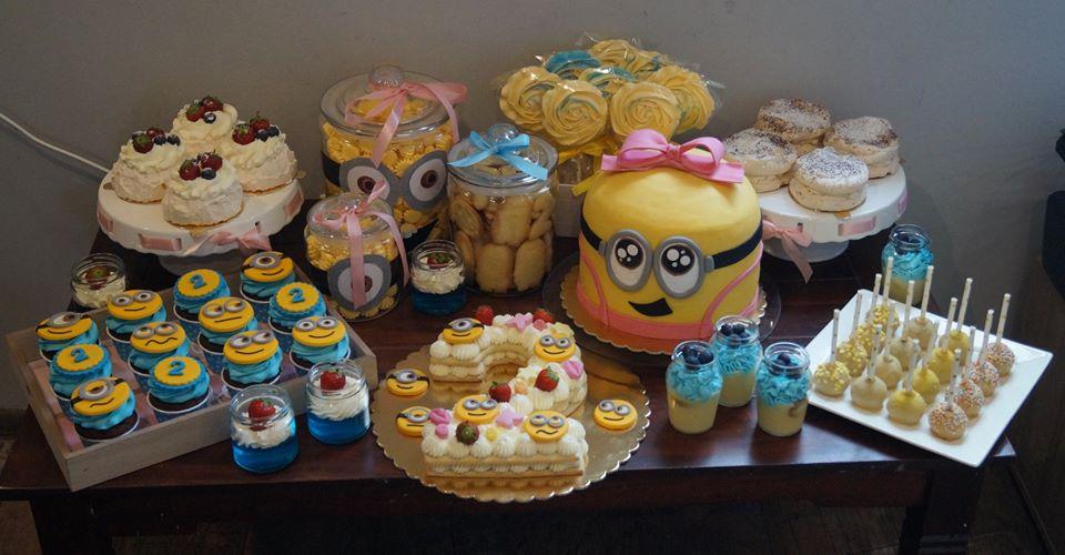 Słodki stół urodziny dziecka minionki number cake cake pops babeczki deserki bezy lizaki bezowe kruche minionkowe ciasteczka