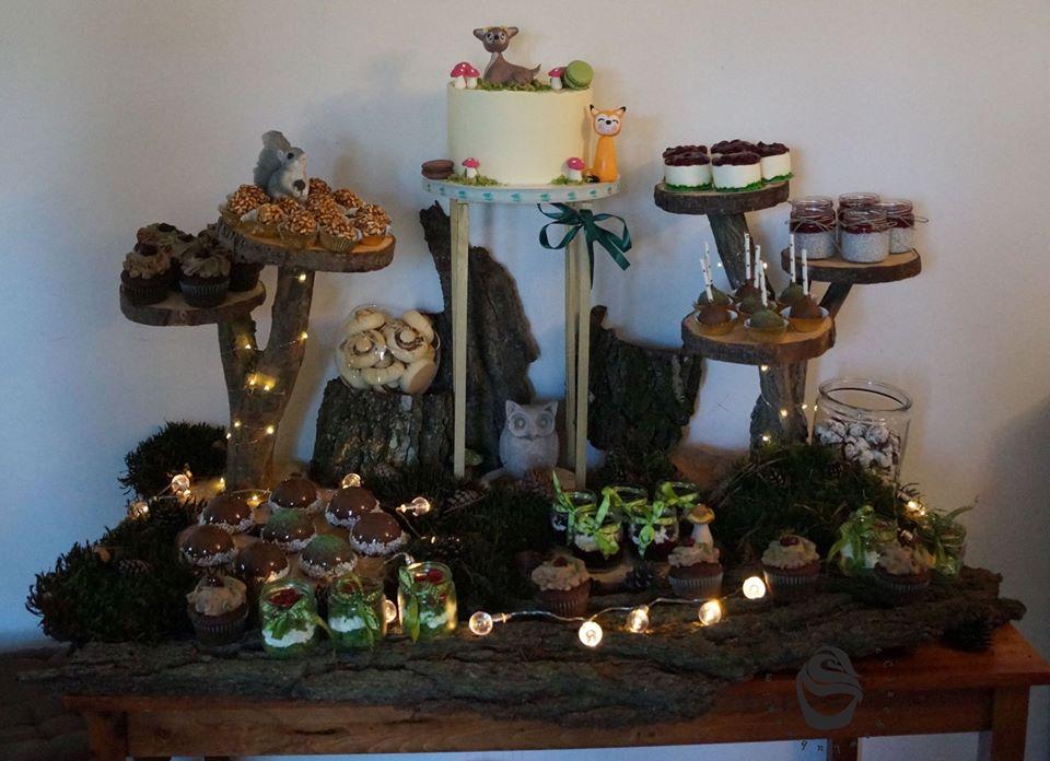 Urodziny dziecka słodki stół i tort leśny babeczki pieczarki szyszki deserki cake pops monoporcje