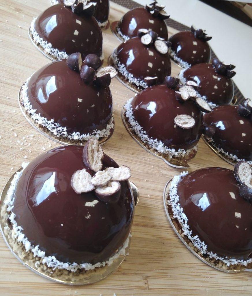 nowoczesne desery monoporcja czekoladowa z czekoladową glazurą, dla czekoladoholika, czekolada z czekoladą