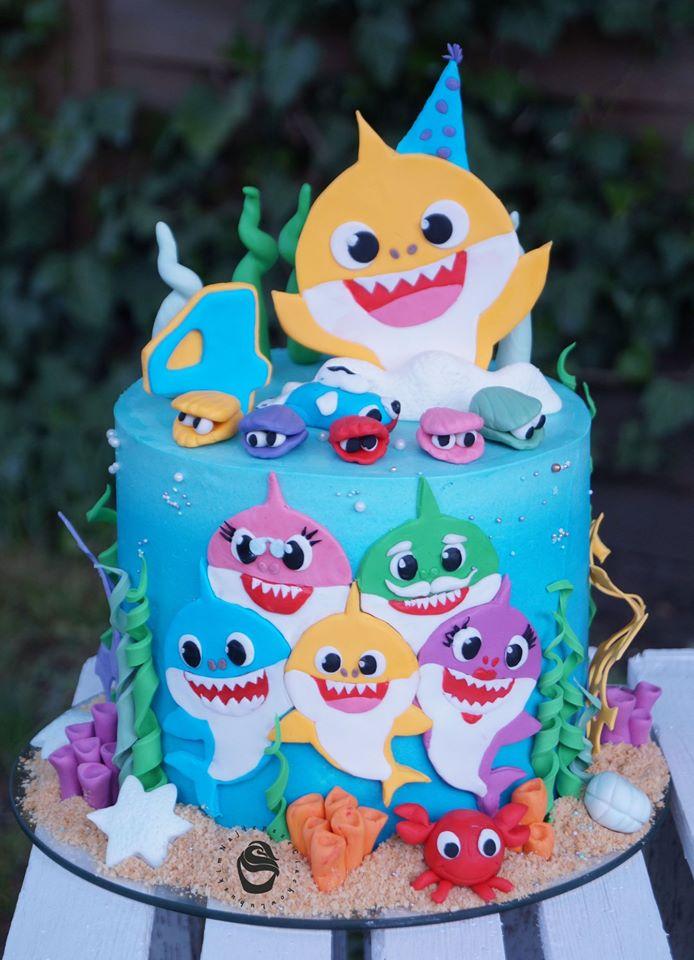 domowe urodziny dziecka tort urodzinowy baby shark niebieski rekiny muszle ryby morze krab glony piasek rozgwiazda