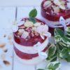 lekki deser jogurtowy maliny orzechy słonecznik słodkie do kawy rozpusta dla podniebienia