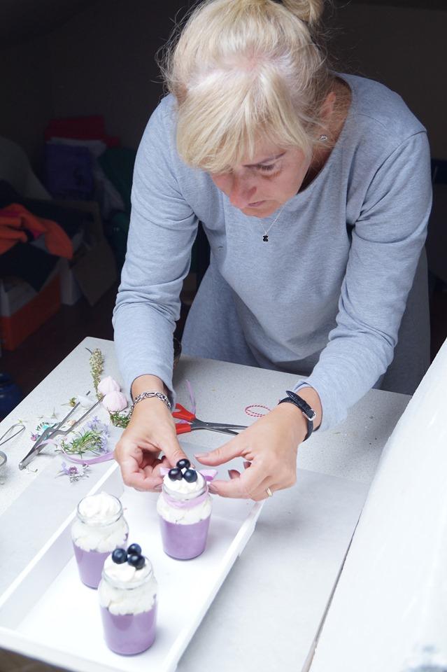 szkolenie z fotografii kulinarnej w praktyce, dbałość o szczegóły, wiązanie wstążki panna cotta jagodowa z kremem chantilly i borówkami
