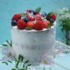fotografia kulinarna w praktyce tort śmietanowy z wanilią i świeżymi owocami maliny truskawki borówki zdjęcie artystyczne