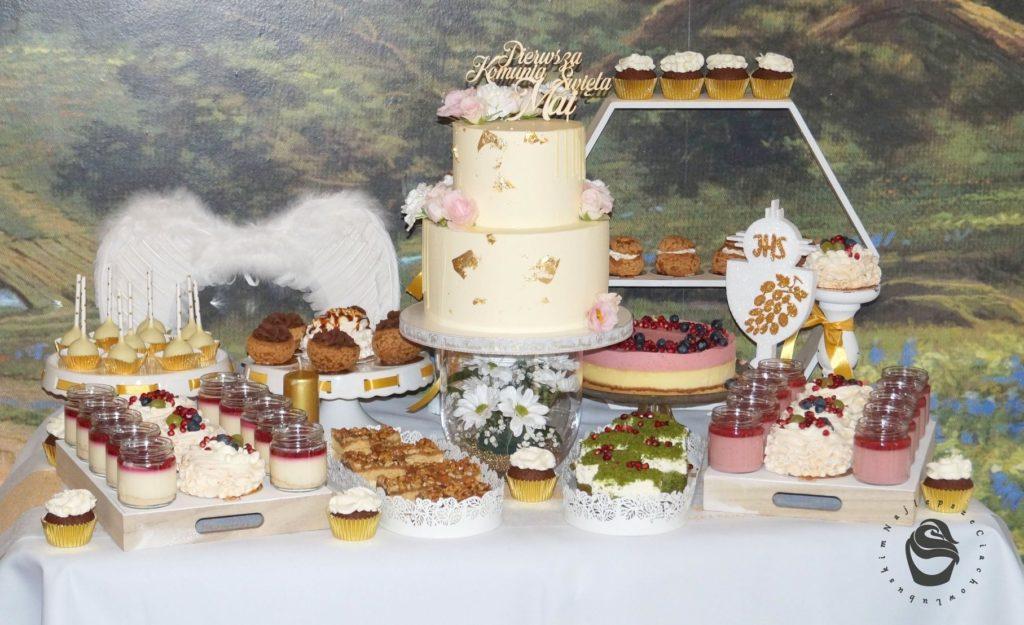 komunia święta Mai, słodki stół tort, przyjęcie komunijne, poczęstunek na komunie dla dziewczynki, złoto jadalne